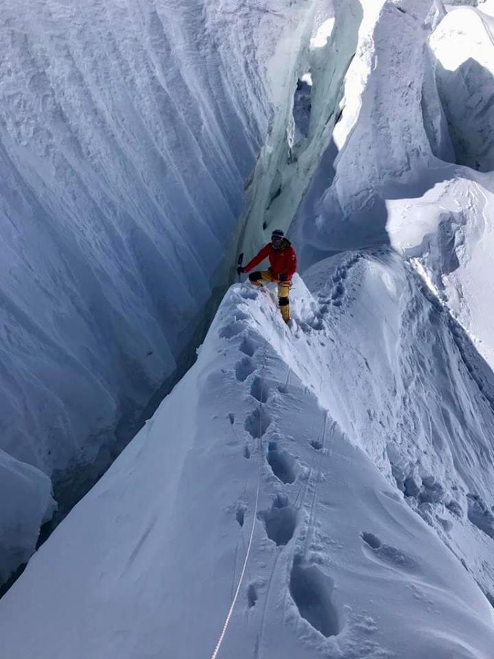 Difficult passage amont crevasses on winter Manaslu