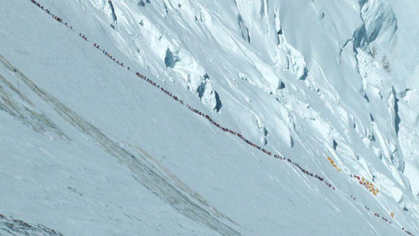 Mount Everest climbers crowd in line